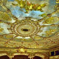 Il soffitto decorato del teatro - foto Cravedi