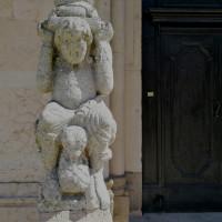 Telamone posizionato a sinistra nell'architettura del protiro sud della facciata.