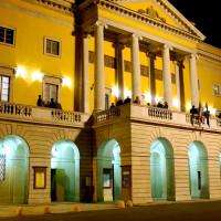 La facciata del teatro in notturna - foto Cravedi